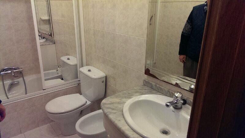 Reforma Baño Quitar Bide:En este caso se trata de un baño con bañera entre 3 paredes, además